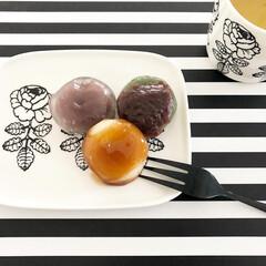 マリメッコ コーヒーカップ2個セット VIHKIRUUSU /BLACK | marimekko(マグカップ)を使ったクチコミ「おやつ😋 和菓子に緑茶たまりません🍵 く…」