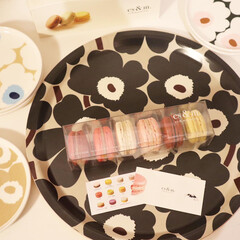 マリメッコ UNIKKO PLATE 20CM ベージュ×ホワイト | marimekko(皿)を使ったクチコミ「少し前のおやつ◷ マカロンてなんでこんな…」(1枚目)