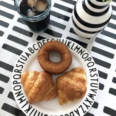 デザインレターズ メラミン ディナープレート スモール 20cm/DESIGN LETTERS(ベビー食器)を使ったクチコミ「今日の朝ごはん🍩 ドーナツにクロワッサン…」(1枚目)