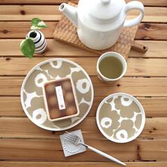 マリメッコ UNIKKO PLATE 20CM ベージュ×ホワイト | marimekko(皿)を使ったクチコミ「甘音屋さんの冷やしみたらし 冷たく冷やし…」