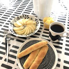 Arabia アラビア ブラック パラティッシ プレート 21cm | イッタラ(皿)を使ったクチコミ「あさごはん🥐 スナックパン 長男次男くん…」