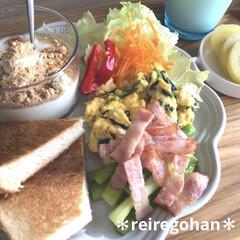 ル・クルーゼ フリル・プレート 中皿 シェルピンク 18cm   Le Creuset(皿)を使ったクチコミ「朝ごぱん ⭐️食パン6枚切り半分 ⭐️ア…」(1枚目)