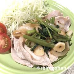 ル・クルーゼ ラウンド・プレート・LC 910140−19 Fグリーン | Le Creuset(皿)を使ったクチコミ「晩ごはん ⭐️豚肉の空芯菜のガーリック炒…」
