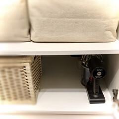ダイソン サイクロン式ハンディクリーナー アイアン/ニッケル HH08MHCB2 | ダイソン(掃除機)を使ったクチコミ「掃除機収納〜  ハンディクリーナーは寝室…」