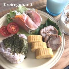 ル・クルーゼ ラウンド・プレート・LC 910140-19 ホワイト | Le Creuset(皿)を使ったクチコミ「昨日の朝ごはん ⭐️雑穀米おにぎり🍙 ⭐…」