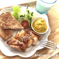 ル・クルーゼ フリル・プレート 中皿 シェルピンク 18cm | Le Creuset(皿)を使ったクチコミ「朝ごぱん🍞 ⭐️照り焼きチキン ⭐️サラ…」