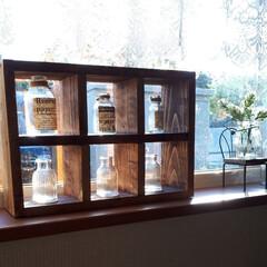 ただ今リノベ中/空瓶リメイク/窓辺に置いてみた/飾り棚/DIY 以前作った物ですが、茶箪笥を廃棄するため…