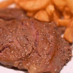 ごちそうレシピ/牛肉のステーキのおいしい作り方/おうちレストラン/簡単牛ステーキレシピ/お祝いレシピ/低温調理/... 「牛リブロースステーキとフライドポテト」…