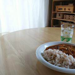 パインラック マンクス6230(2段)   ニトリ(オープンシェルフ)を使ったクチコミ「◤ご飯◢  今日はハヤシライス トマト…」