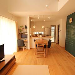 木の家/自然素材/注文住宅/アットハウジングアズ リビングに黒板があるモミの木の家。 内装…