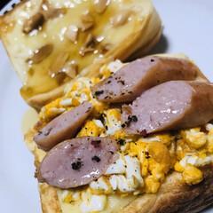 トースト/おうちごはん 休日の朝ごはん。 ハチミツにナッツが美味…