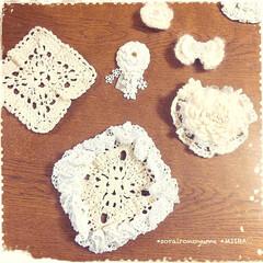 編み雑貨/かぎ針編み/ふりふり/コースター/ドイリー/レース編み/... コットン糸の四角いモチーフに レース糸で…