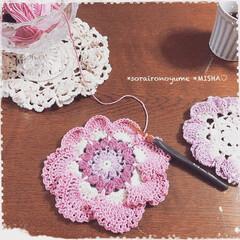 ふりふり/編み花/モチーフ編み/コースター/編みコースター/編み物/... お花モチーフのふりふりコースターです。 …