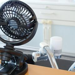 脱衣所/ベッドガード/キッチンカウンター/子供と暮らす/こどものいる暮らし/扇風機/... 充電式卓上扇風機 in キッチン  娘の…