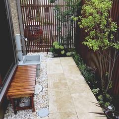 縁側のある庭/ルーバーフェンス/小さな庭空間/お庭づくり/庭DIY 庭diy。 1ヵ月近くちょっとずつ作りま…(1枚目)