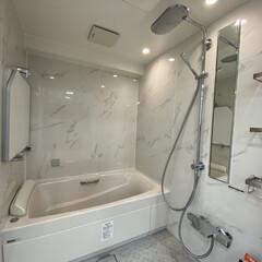 浴室リフォーム 黒もカッコいいけど、浴室はさわやかな[白…