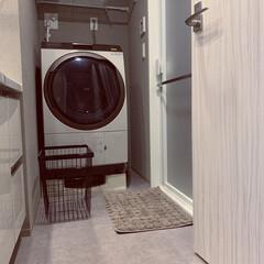 マンションライフ/マンション/グレーインテリア/ドラム式洗濯機/お風呂/脱衣所/... 狭い狭い脱衣所。 洗濯機の横に、細長い洗…