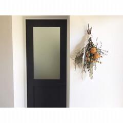 シンプルホーム/シンプルインテリア/玄関インテリア/ドライフラワー/手作り/スワッグ/... 玄関の壁に飾っているスワッグ 新しいスワ…
