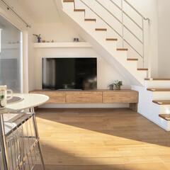 石油ストーブ/テレビボード/吹き抜け/ブランコ/デザイン階段/アイアン手摺/... 吹き抜けのリビングに階段を設けています。…