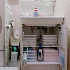すのこリメイク/ワイヤーネット/突っ張り棒/洗面台下収納/棚/洗面所/... 洗面台下の収納です***  もともと棚は…(1枚目)