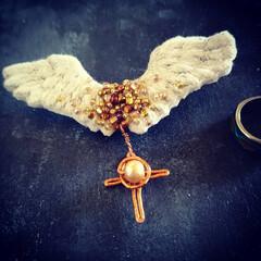 翼/minne/刺繍/ブローチ/天使の翼 minneに出品しました。  天使の翼の…(1枚目)