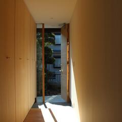 玄関/木の扉 木の扉を使い、収納も統一させることで玄関…