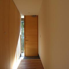 リノベーション/木造 スリットから差し込む光が玄関を明るくして…