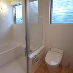 明るいバスルーム/ガラスの間仕切り 面積的な制約のある中で、洗面室の中に便器…