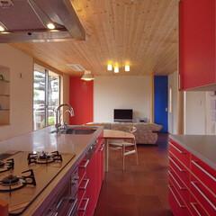 アイランドキッチン/オリジナルキッチン/人工大理石/コーリアン 人工大理石のカウンターに、赤いメラミン板…