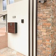 マイホーム計画/木目調ポスト/木目調/門柱デザイン/門柱/天然石貼り/... 弊社デザイン施工例  自然な色合いでまと…(2枚目)