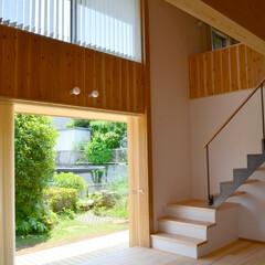 鉄骨階段/木製サッシ/吹き抜け/LDK/縁側/庭/... 庭・縁側・室内のつながりが 気持ち良い空…