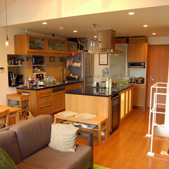キッチン/ワインセラー/木/照明/ソファ/階段 センターキッチンに設置されたワインセラー