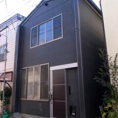 黒/外壁/玄関/窓 2世帯住宅の2つ目の玄関