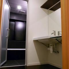 洗面/脱衣所/風呂/黒/フローリング 洗面所と風呂(1枚目)