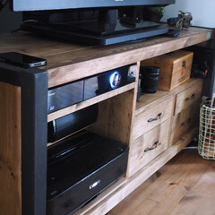プリンタは引き出せます/いちばん下は プリンタ/アイアンと木のテレビボード/DIYテレビボード 夫がDIYで作ったテレビボードです。 パ…