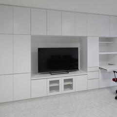 ホワイト/デスク /造作家具/TVボート/収納 壁面一面にマットな白い家具を造作