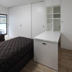 造作家具/ホワイト/寝室/ミシン台/壁面収納 寝室に作った収納空間も一工夫。奥様のミシ…
