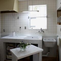流し台/ホワイト/モザイクタイル/家事室/造作流し台 スペースに合わせた流し台を造作し、モザイ…