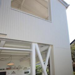 ホワイト/サイディング/デッキ/アウトドアリビング/洗濯干しスペース/癒し/... 改装前は1階は和室、2階は洋室 サッシ、…