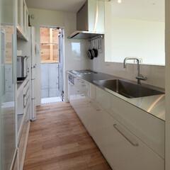 キッチン/住まい/建築/インテリア/オーダーキッチン/キッチン収納/... 厚板のステンレストップ、 白いピアノ塗装…