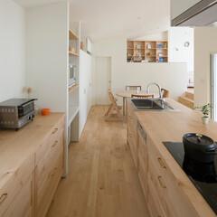アイランドキッチン/キッチン/メープル/バックカウンター/食器棚/パントリー/... 2階にLDKがある住まい。家具職人が手掛…