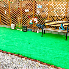 DIY女子/ガーデン雑貨/フェイクグリーン/アイビーガーランド/ミニブリック/御影石/... カフェ風にDIYしたお庭です。 元々は全…