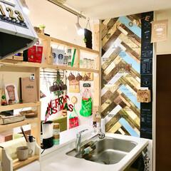 建売住宅/壁紙リメイク/壁紙DIY/おうちカフェ/ディアウォール棚/ディアウォール/... クリスマス仕様のキッチンです。 ディアウ…