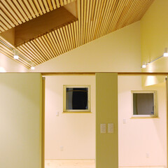 スキップフロア/ウエスタンレッドシダー/3階建て フロアの段差で子供たちそれぞれの居場所を…