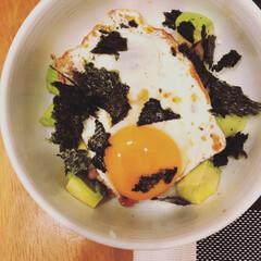 アボカド/納豆/卵/丼/おうちごはん/フード 手抜きしたい月曜の夜は定番の納豆&卵丼。…