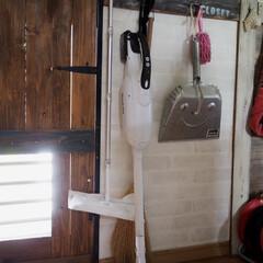 マキタ 18V 充電式 クリーナー XLC02RB1W コードレス 掃除機 ハンディ セット(ハンディークリーナー)を使ったクチコミ「掃除機は、キッチン横、勝手口の隣に掛けて…」