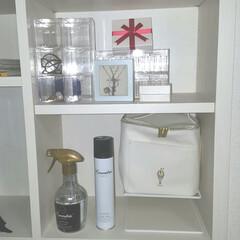 ランドリン ファブリックミスト クラシックフローラル 370ml 芳香スプレー | ランドリン(脱臭、消臭剤)を使ったクチコミ「寝室の棚です」