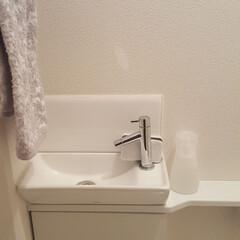 グレー/白/モノトーン/トイレ収納/トイレ/雑貨/... トイレの洗面台。 すぐ掃除できるように …