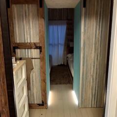 クローゼット/DIY/2✕4/フットライト/LED ようやく、両開きの扉がほぼ完成。 左は私…
