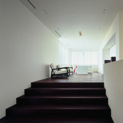 モダン/シンプル/ナチュラル/スタイリッシュ/デザイン/デザイナー/... 敷地の高低差を利用したスキップフロアとし…